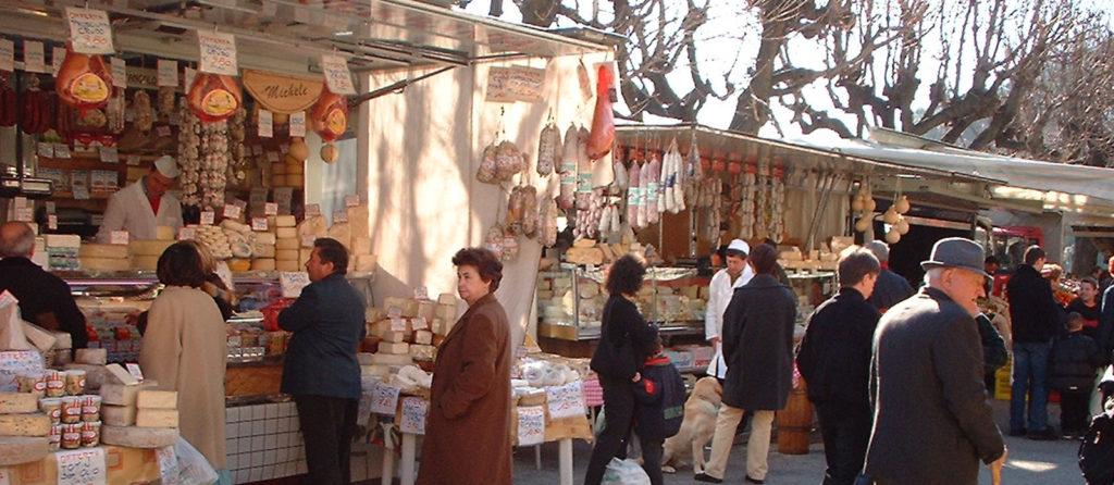 Lebensmittelstände am Markt