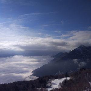 Der See liegt im Nebel, unsere Hütte im Schnee